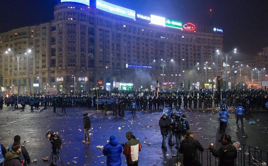 Tablou dezolant în Piaţa Victoriei la finele ciocnirii ultrasilor cu jandarmii