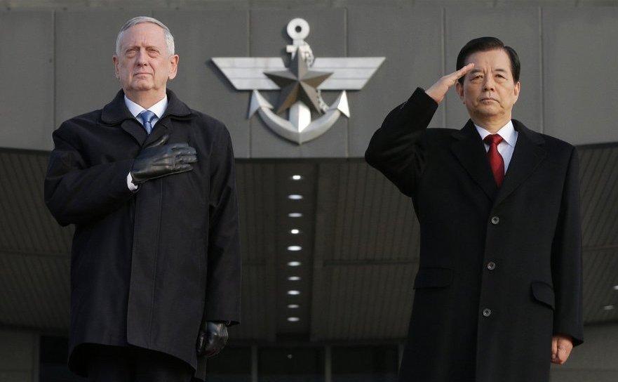 Secretarul american al apărării James Mattis (st) şi omologul său sud-coreean Han Min-koo, în timpul unei ceremonii de întâmpinare a oficialului american la Ministerul Apărării din Seul, Coreea de Sud, 3 februarie 2017.