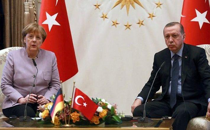 Cancelarul german Angela Merkel (st) şi preşedintele turc Recep Tayyip Erdogan în timpul unei întâlniri în Ankara, Turcia, 2 februarie 2017.