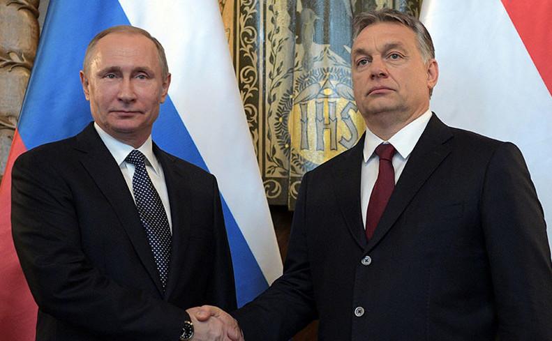 Liderul rus Vladimir Putin (st) este întâmpinat de premierul ungar Viktor Orban la Budapesta, 2 februarie 2017.