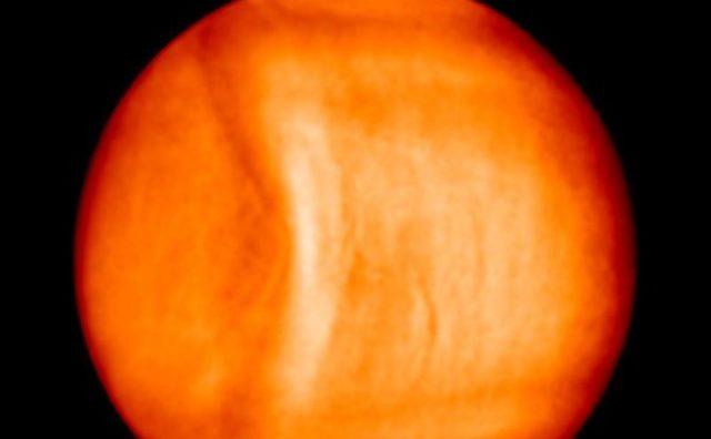 Pe o fotografie a lui Venus apar regiuni calde în nuanţe luminoase şi regiuni mai reci în nuanţe întunecate.