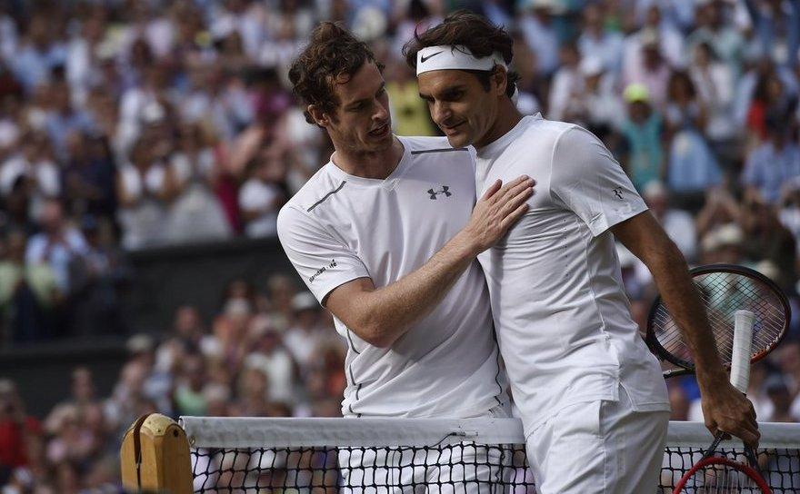 Tenismanul britanic Andy Murray alături de  elveţianul Roger Federer.