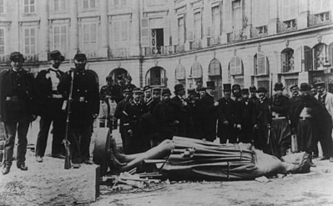 Statuia lui Napoleon doborâtă la pământ, în timpul Comunei din Paris în 1871