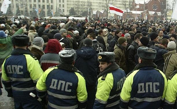 Poliţia din Belarus înconjoară mulţimea de protestatari.