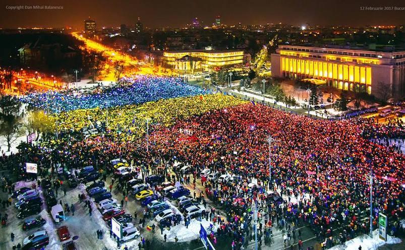 Românii formează tricolorul în Piaţa Victoriei