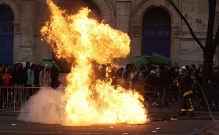 Coşuri de gunoi incendiate de liceenii care protestează împotriva violenţei poliţieneşti în faţa liceului Voltaire din Paris, 23 februarie 2017.