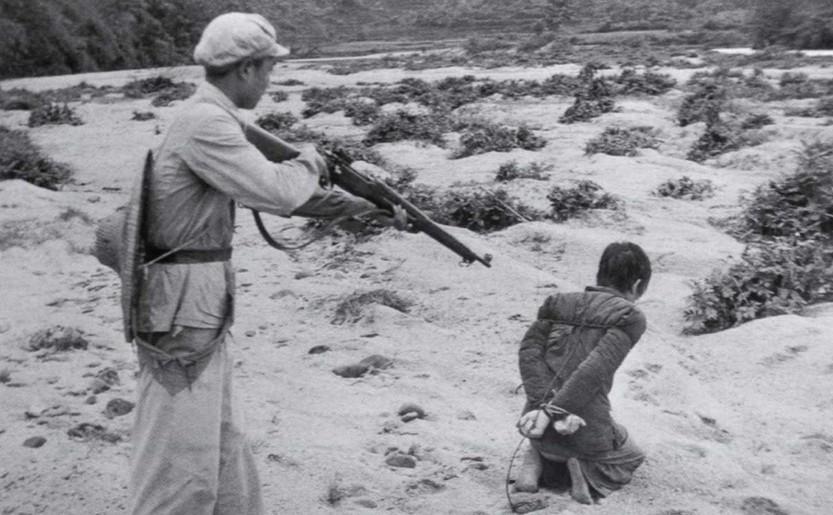 Un proprietar de pamant este executat de un soldat comunist in Fukang, China.