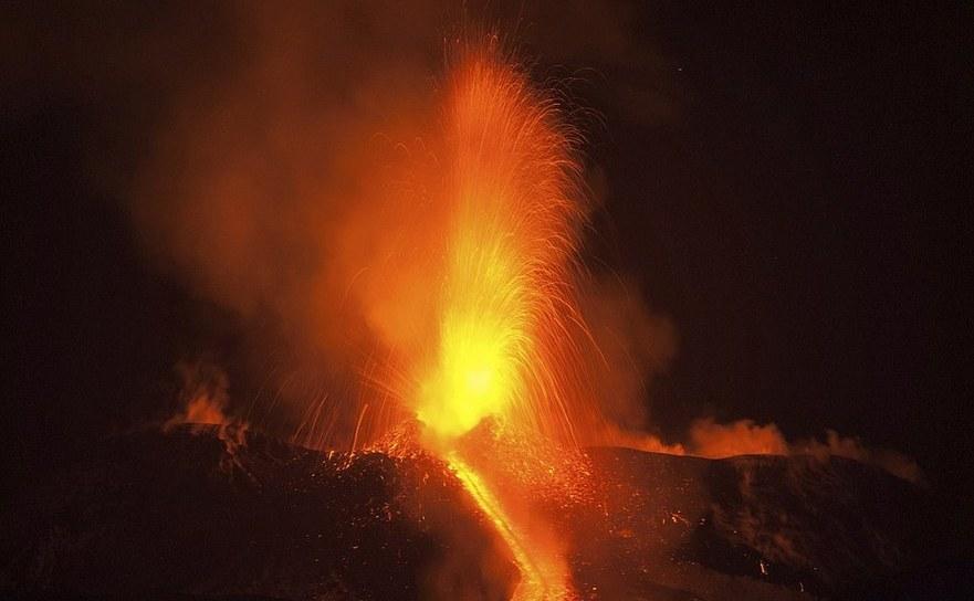 Erupţia vulcanului Etna, în noaptea de luni spre marţi