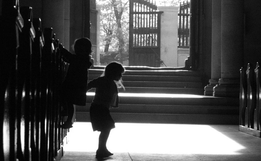 Două fetiţe într-o biserică.