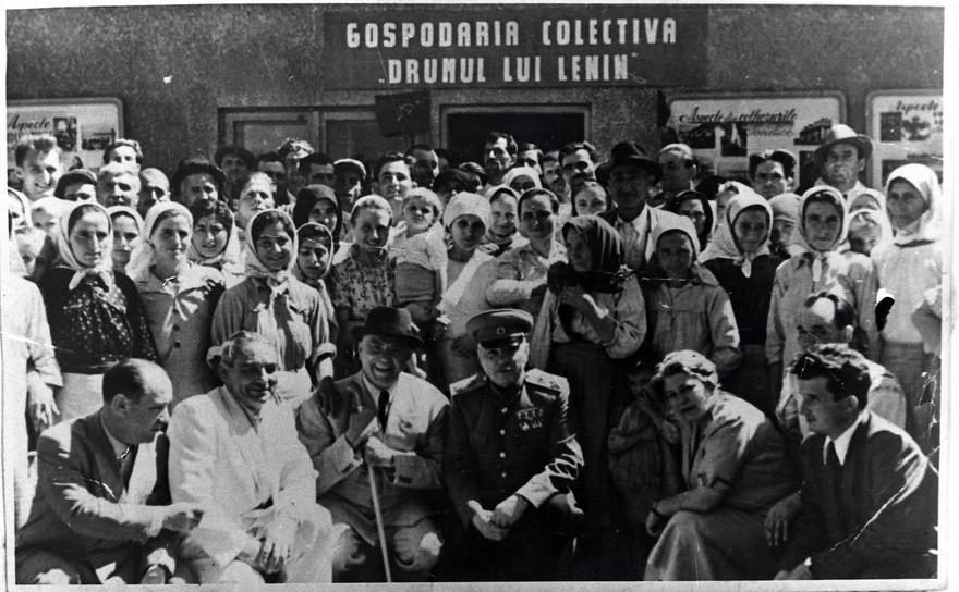 """Gospodăria colectivă """"Drumul lui Stalin"""". În imagine Petru Groza, Ana Pauker, Nicolae Ceauşescu"""