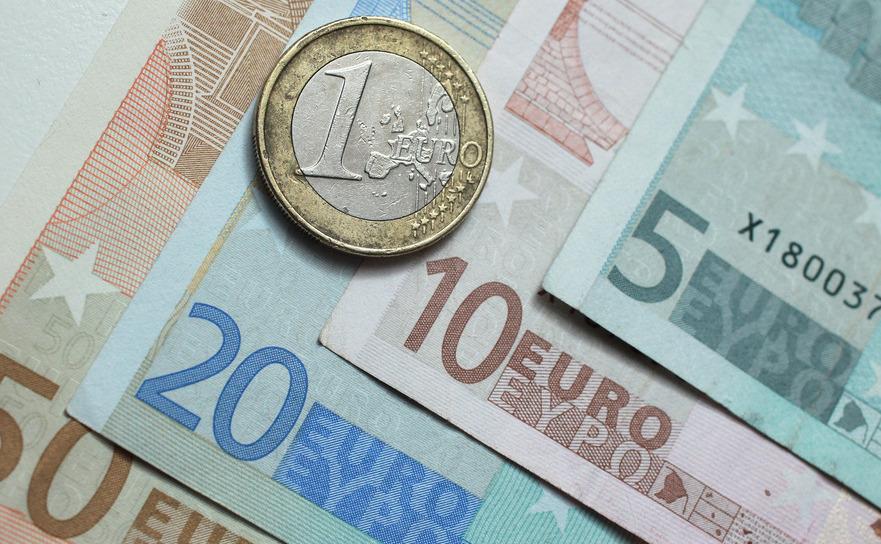 Bancnote de 5, 10, 20, 50 de euro şi o monedă de 1 euro.
