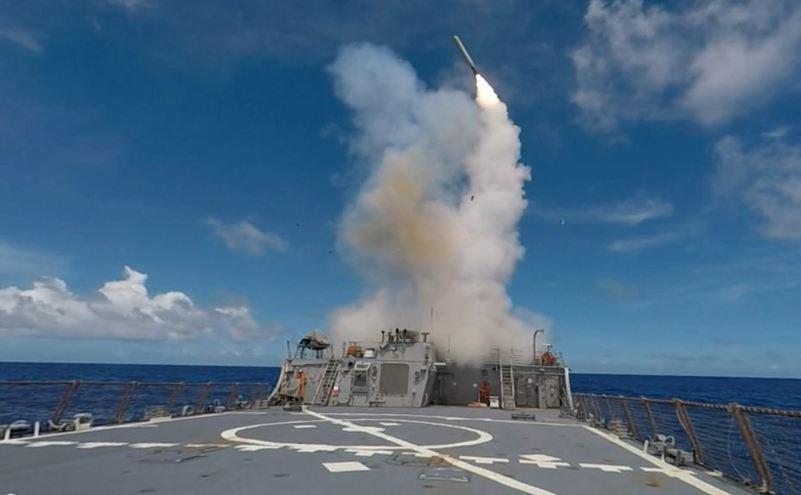 O rachetă Tomahawk lansată de pe un distrugător american.
