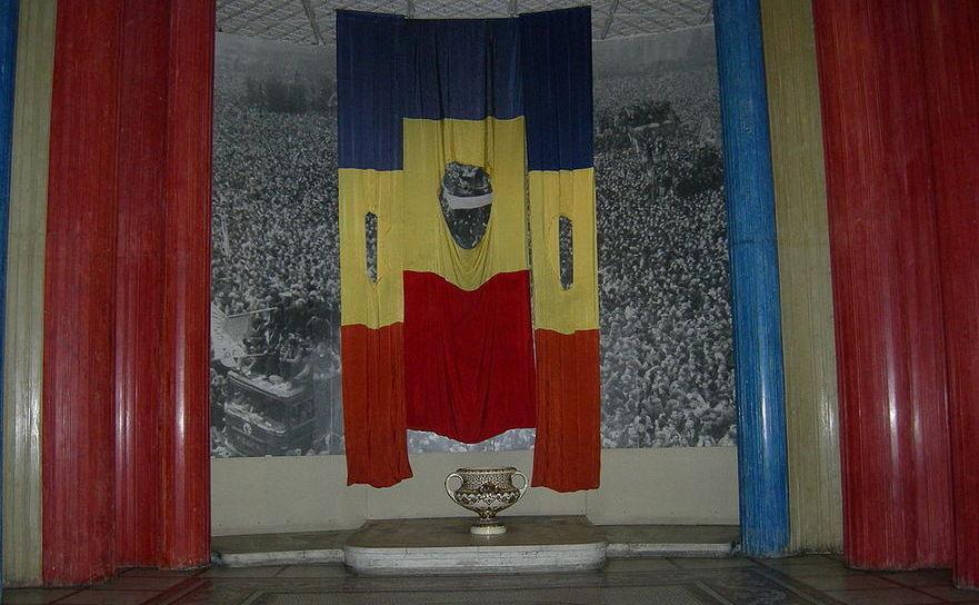 Steagul României fără stema comunistă la Muzeul Militar din Bucureşti