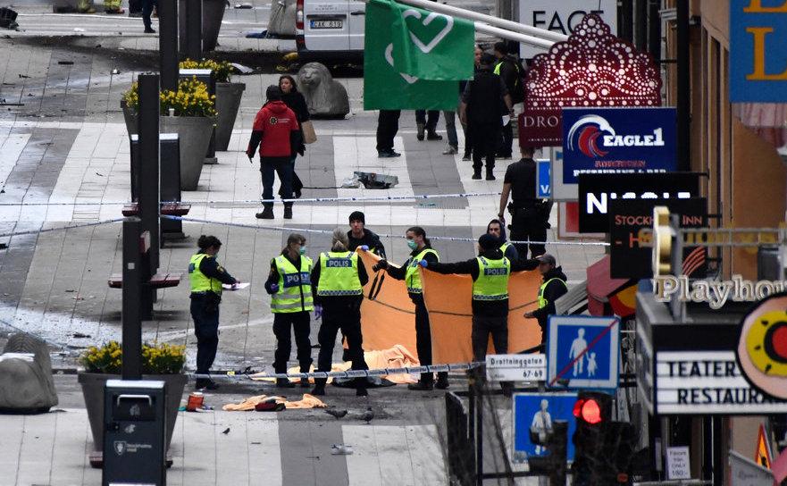 Ofiţeri de poliţie în apropierea locului în care un camion a intrat într-o mulţime de oameni în centrul capitalei suedeze Stockholm, 7 aprilie 2017.