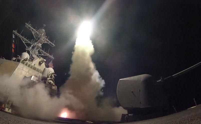Distrugătorul american USS Porter trage rachete Tomahawk asupra unor ţinte din Siria, 7 aprilie 2017