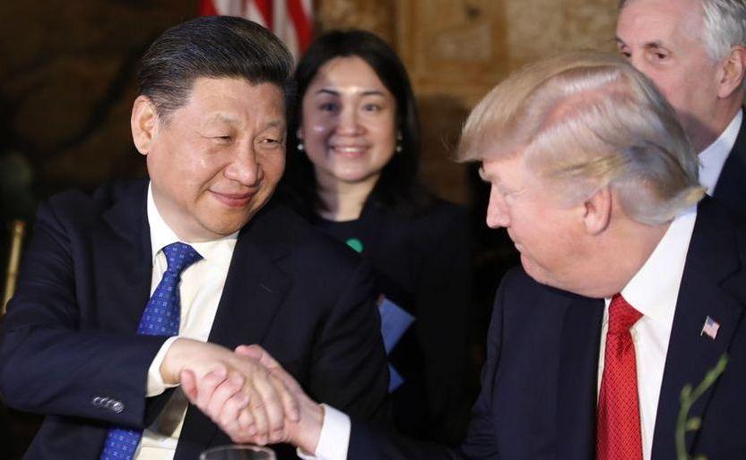 Preşedintele american Donald Trump şi omologul său chinez Xi Jinping îşi strâng mâinile în timpul unei cine la Mar-a-Lago, 6 aprilie 2017, Florida, SUA.