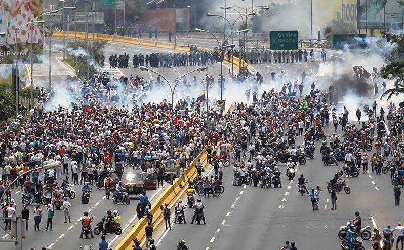Ciocniri între manifestanţi anti-guvern şi poliţie în Caracas,  Venezuela, 10 aprilie 2017.