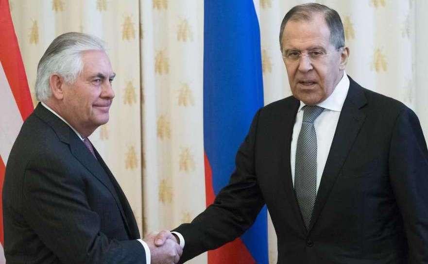 Secretarul de stat american, Rex Tillerson (st) şi ministrul rus de  externe, Serghei Lavrov, în timpul întâlnirii lor din Moscova, 12  aprilie 2017.