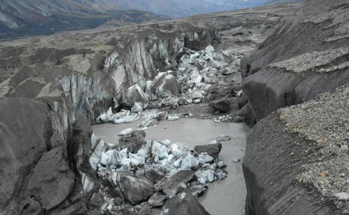 Resturi de ghiaţă în canionul prin care trecea gheţarul Kaskawulsh, în 2016.