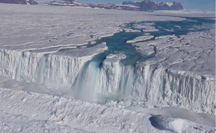 Cascada unuia dintre râurile descoperite în zonele de coastă din Antarctica