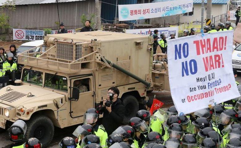 Un vehicul militar american, care face parte din sistemul THAAD, soseşte în Seongju, Coreea de Sud, 26 aprilie 2017.