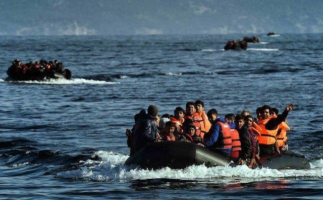 Ambarcaţiuni cu refugiaţi în drum spre Grecia.