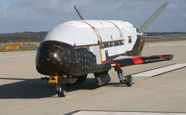 Aeronava spaţială X-37B pe pista de la Cape Canaveral, Florida