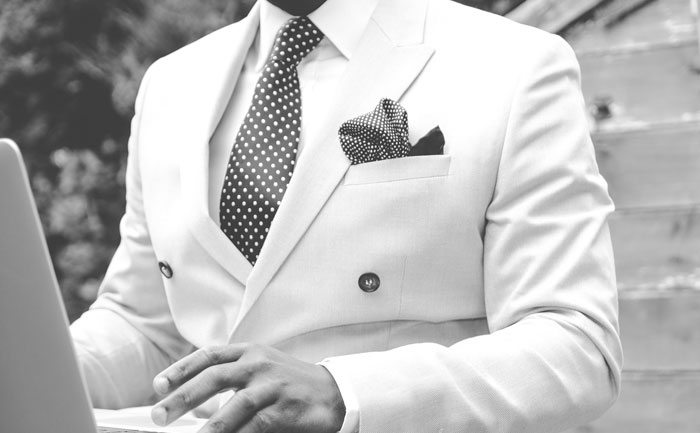 Barbat în costum