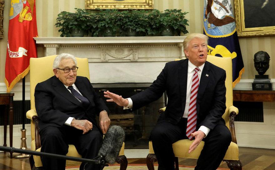 Preşedintele american Donald Trump (dr) discută cu fostul secretar de stat Henry Kissinger în timpul unei întâlniri în Biroul Oval al Casei Albe, în Washington, D.C., 10 mai 2017.
