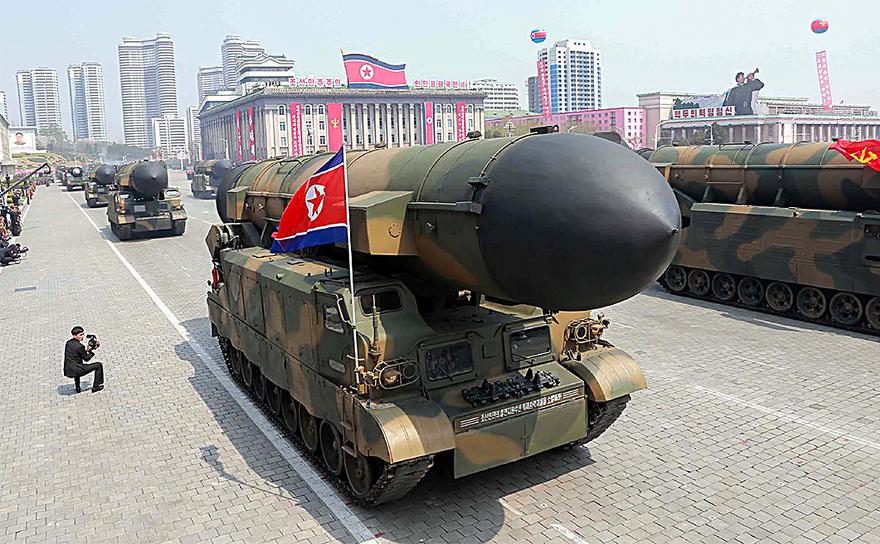 Rachetă balistică nord-coreeană prezentată la paradă militară în Phenian, Coreea de Nord.