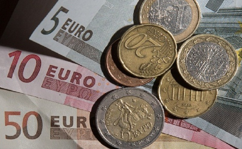 Bancnote şi monezi euro de diferite valori.