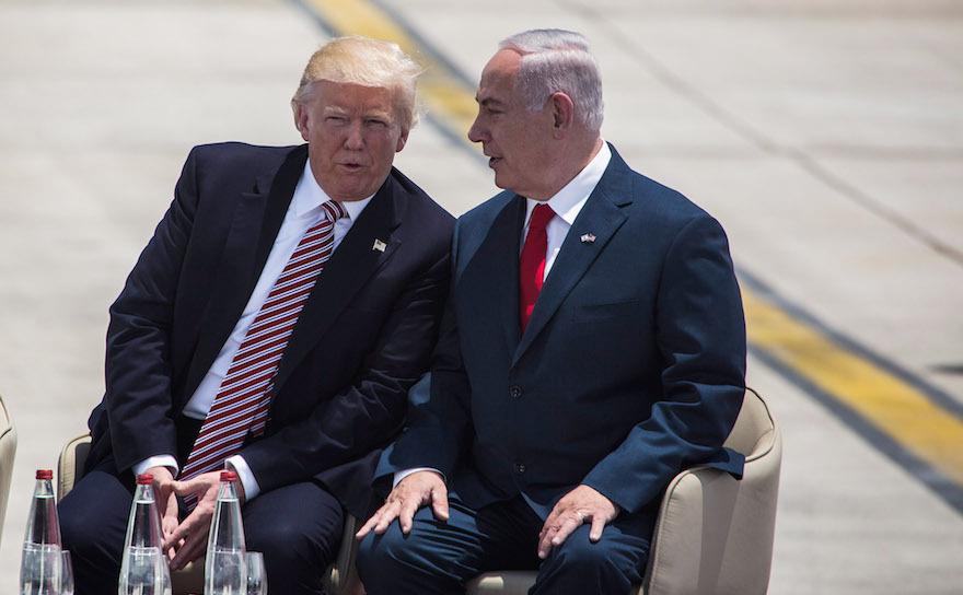 Preşedintele Donald Trump (st) împreună cu premierul israelian Benjamin Netanyahu, la o ceremonie oficială de întâmpinare a liderului american pe Aeroportul Internaţional Ben Gurion din Tel Aviv, 22 mai 2017.