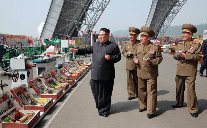 Dictatorul nord-coreean Kim Jong-un participă la o expoziţie în Coreea de Nord.