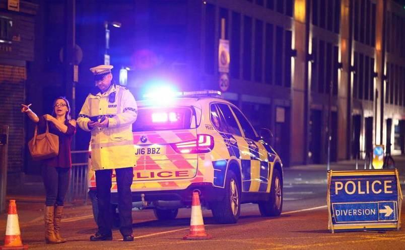 Poliţia închide o stradă în apropiere de Manchester Arena, oraşul britanic Manchester, 22 mai 2017.