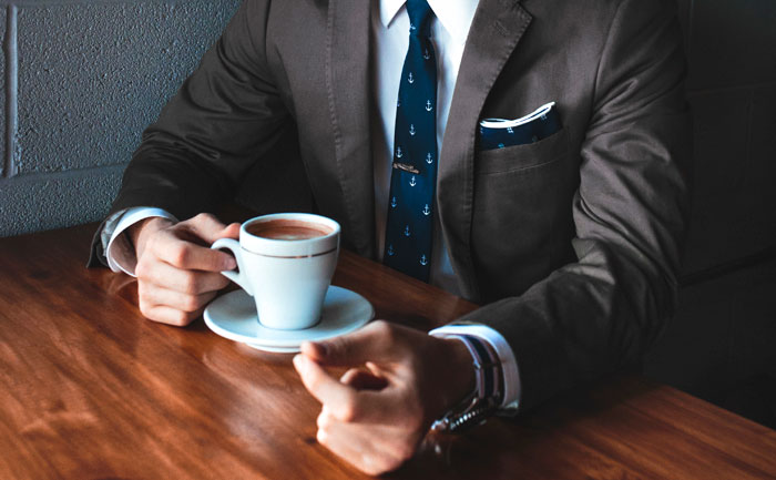 bărbat în cafenea