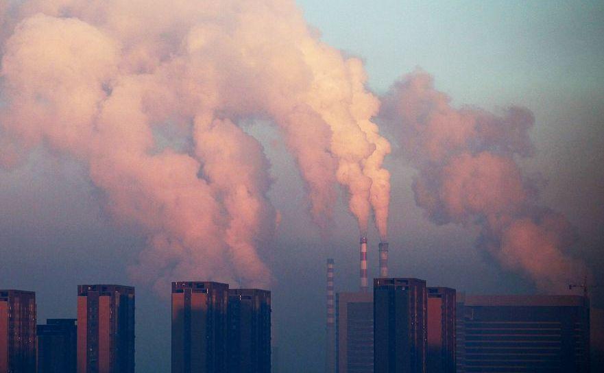 Nori de fum proveniţi de la o centrală pe cărbune în apropiere de Beijing, China.