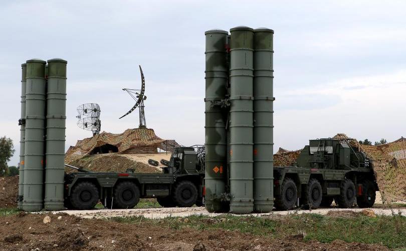 Două sisteme de rachete ruseşti S-400 la baza militara rusă Hmeimim din Siria, 16 decembrie 2015.