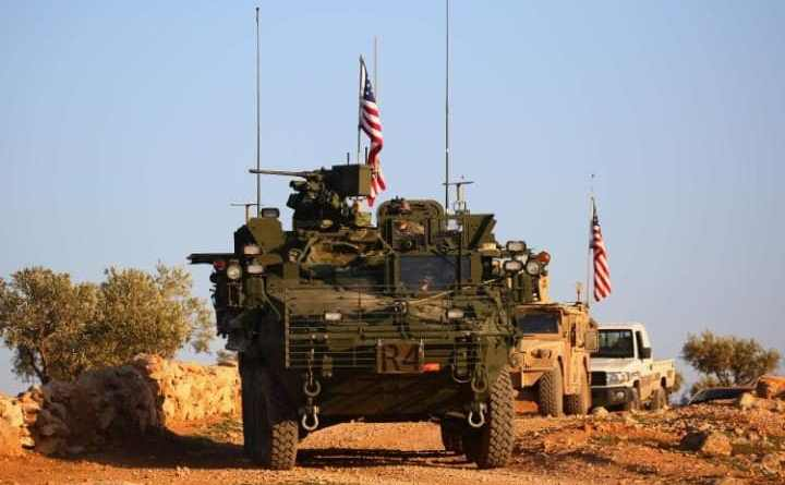 Vehicule militare americane patrulează în apropiere de satul Yalanli, în suburbiile vestice ale oraşului sirian Manbij, 5 martie 2017.