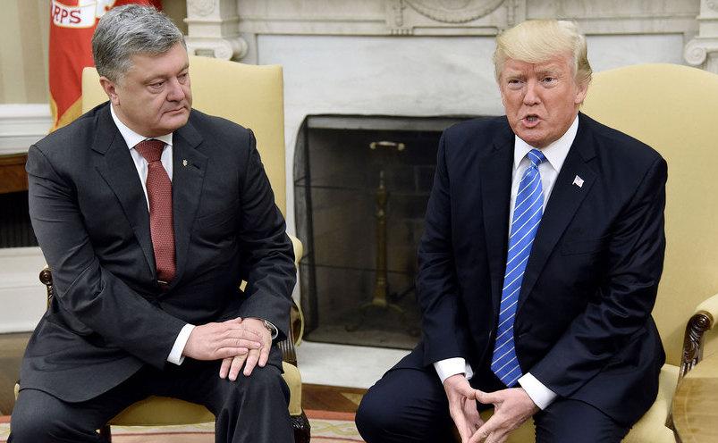 Preşedintele american Donald Trump (dr) şi omologul său ucrainean Petro Poroşenko discută în Biroul Oval al Casei Albe, în Washington, 20 iunie 2017.