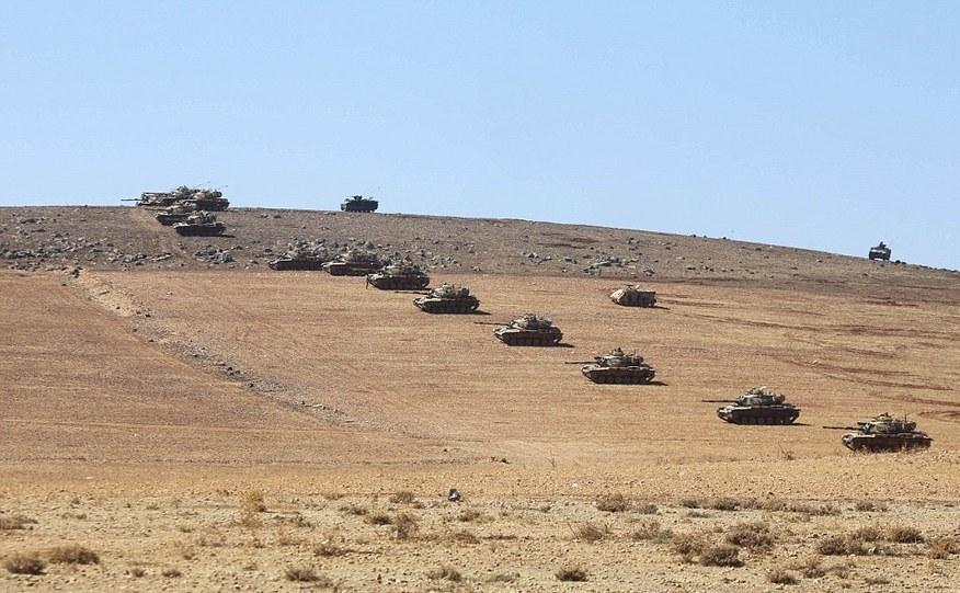 Tancuri ale armatei turce în apropierea graniţei turco-siriene