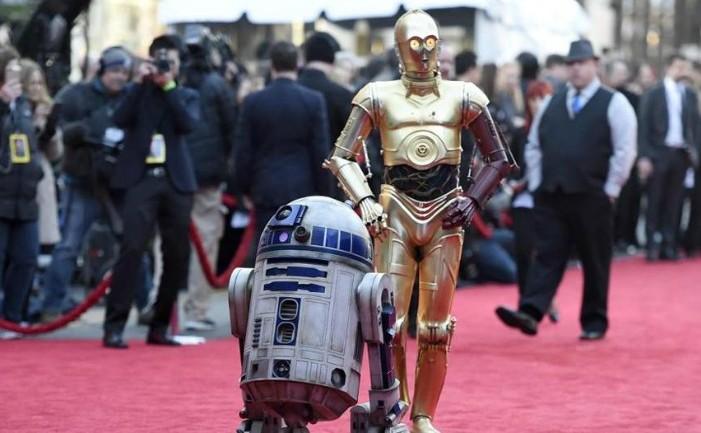 Robotul R2 D2 împreună cu partenerul său inseparabil C3PO