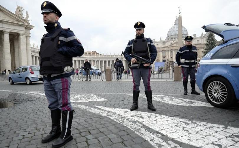 Poliţişti italieni stau de pază în apropierea Vaticanului, Roma.