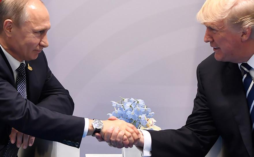 Preşedintele american Donald Trump (dr) şi omologul său rus Vladimir Putin îşi strâng mâinile în timpul unei întâlniri în Hamburg, Germania, cu ocazia Summitului G20, 7 iulie 2017.