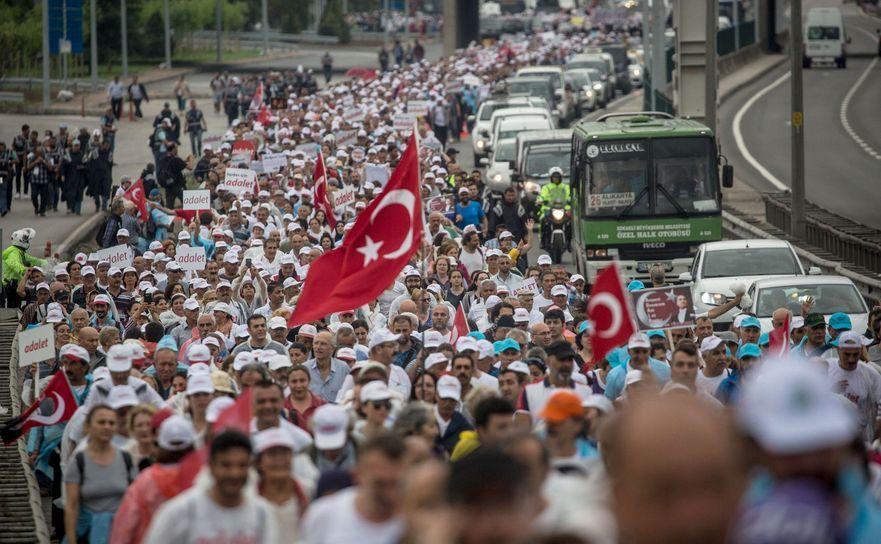 Manifestanţi anti-guvern mărşăluiesc în luna iulie înspre Istanbul. În imaginea de faţă ei se afla în apropiere de Izmit.
