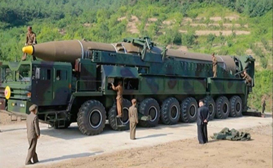 Dictatorul Kim Joing Un lângă rampa de lansare a unei rachete balistice intercontinentale, 4 iulie 2017