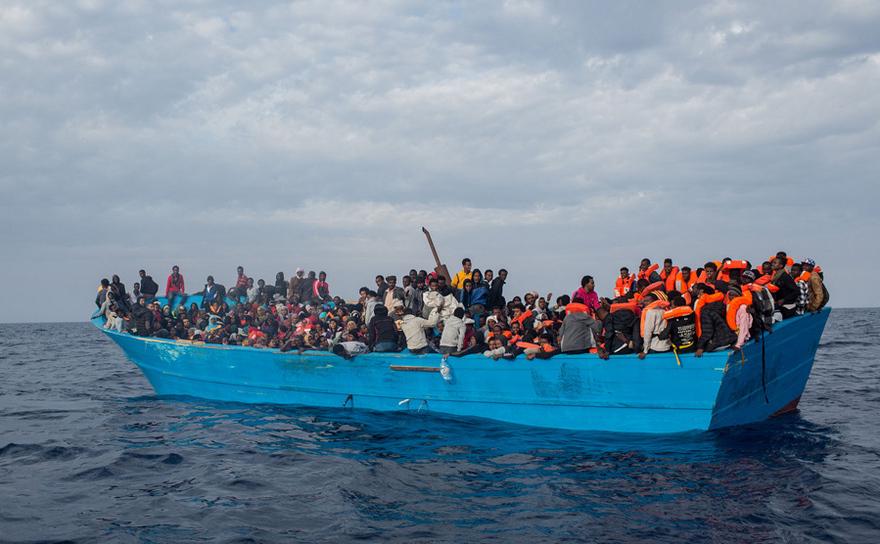Ambarcaţiune cu imigranţi şi refugiaţi se află în largul insulei italiene Lampedusa, 24 mai 2017.