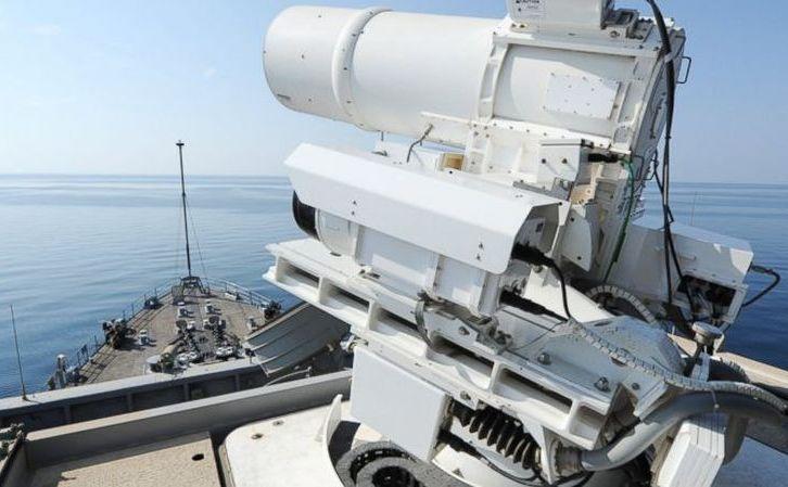 O armă laser la bordul navei americane USS Ponce, în Golful Persic.