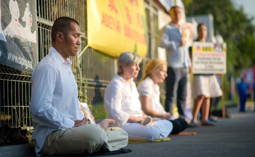 Practicanti Falun Dafa comemoreaza 18 ani de persecutie in fata Ambasadei Chinei din Bucuresti