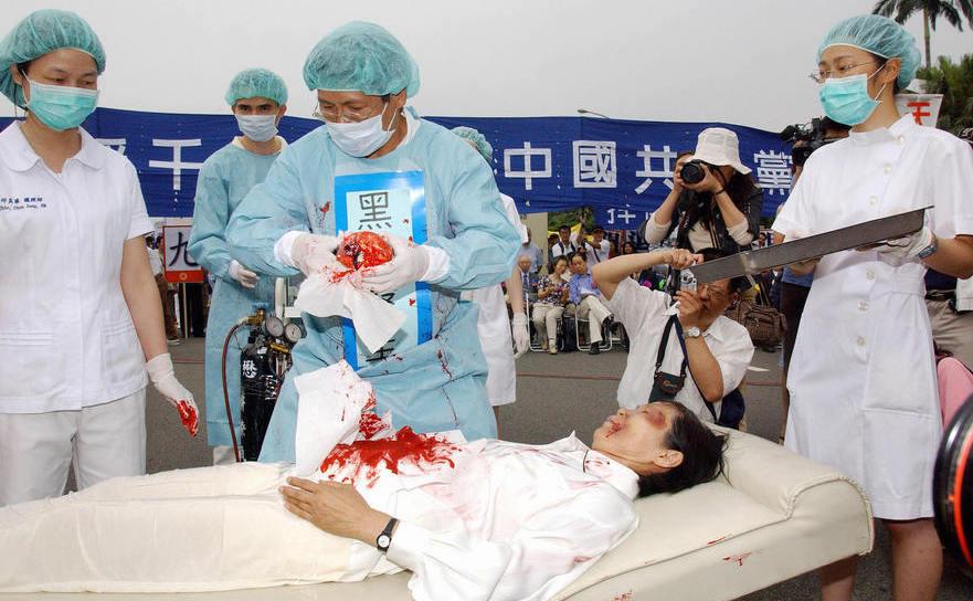Ilustrare, în capitala taiwaneză Taipei, a macabrei industrii de recoltare forţată de organe organizată de China comunistă, 23 aprilie 2006.