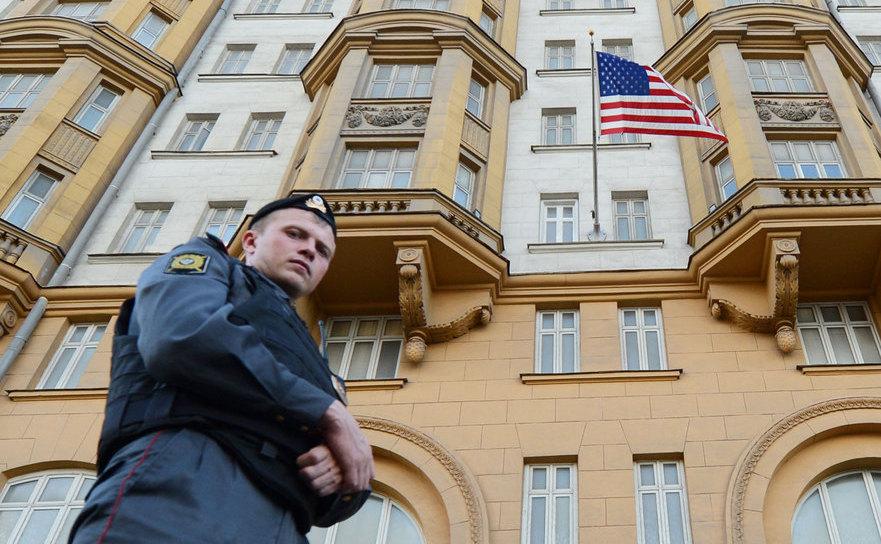 Ofiţer de poliţie rus patrulează pe o stradă în faţa ambasadei SUA din Moscova.